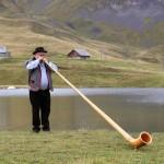 alphorn-zentralschweiz-obwalden-melchsee-frutt-hochzeit-wedding-alphornspieler (5)